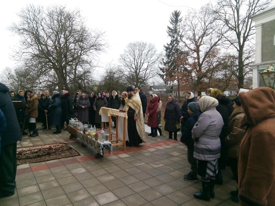 Волинський священик «Багато наших людей, які жертвували на потреби громади, не хочуть залишати свої подарунки тим, хто прагне зайти до церкви замість нас»