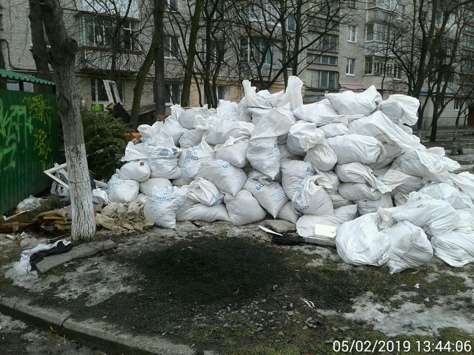 У Луцьку мешканці перетворили прибудинкову територію на сміттєзвалище. ФОТО