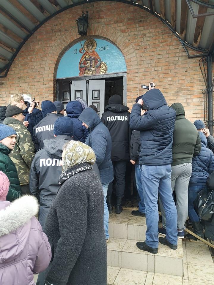 На Волині селяни зняли двері замкненого храму, щоб увійшов священик ПЦУ