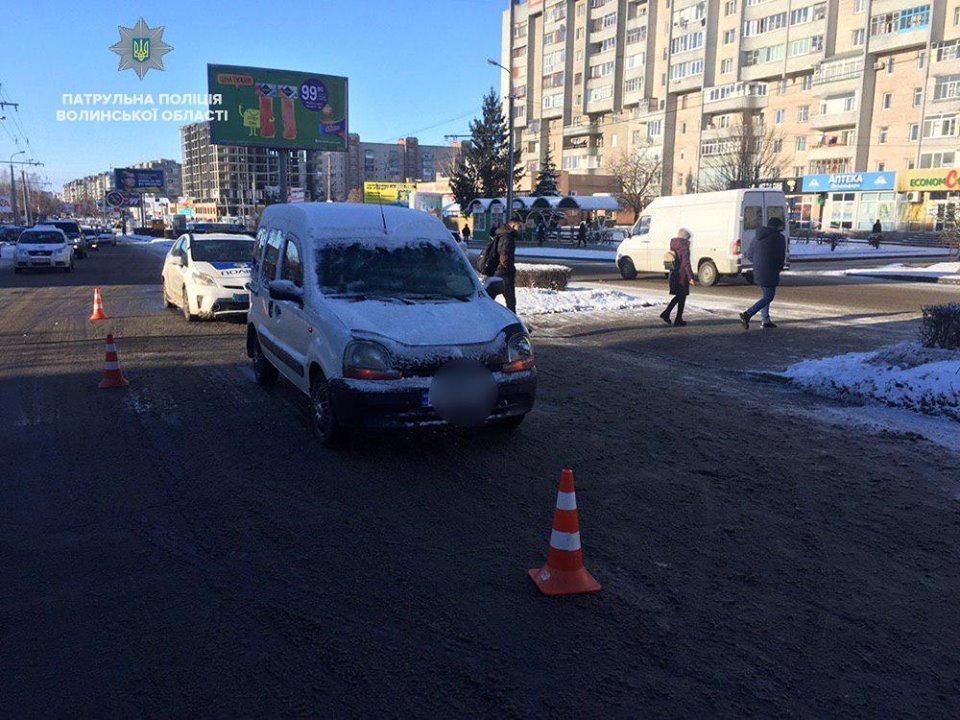 На пішохідному переході у Луцьку автомобіль збив жінку. ФОТО