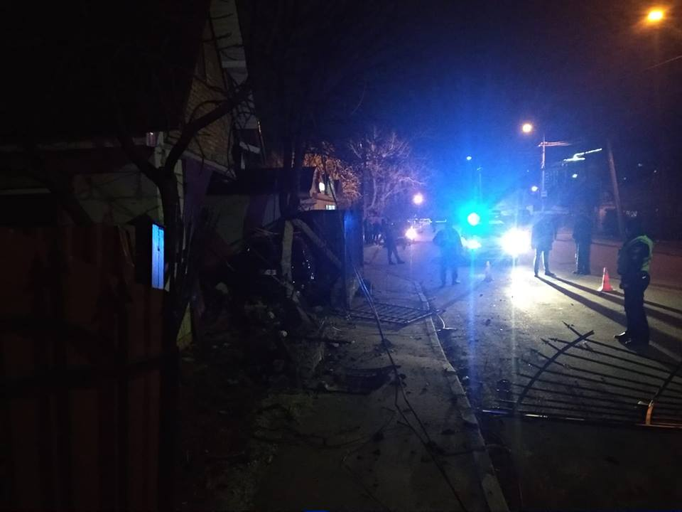 У Луцьку авто влетіло у гараж — через ДТП обірвало лінію електропередачі. ВІДЕО