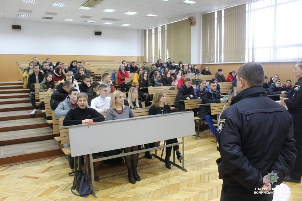 У Луцьку студентів агітували приєднуватись до лав патрульних. ФОТО