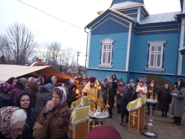 Громада УПЦ МП продовжує молитися під зачиненою церквою. ФОТО