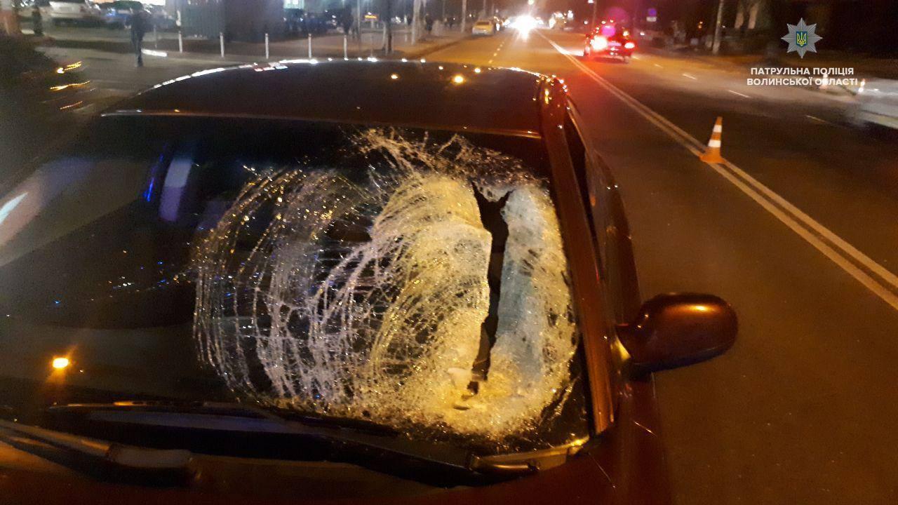 У Луцьку жінка перебігала дорогу і потапила під авто