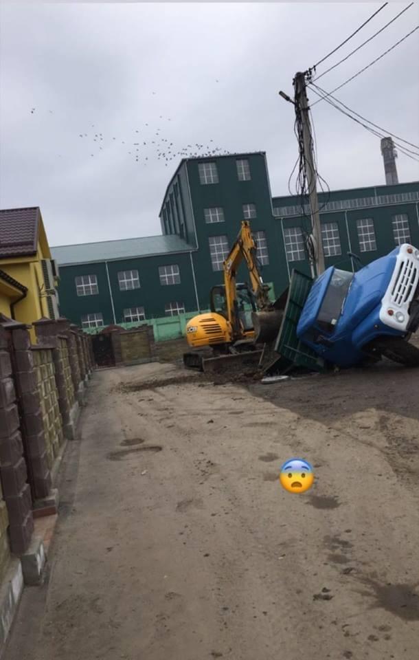 Біля волинського заводу провалилася під землю вантажівка