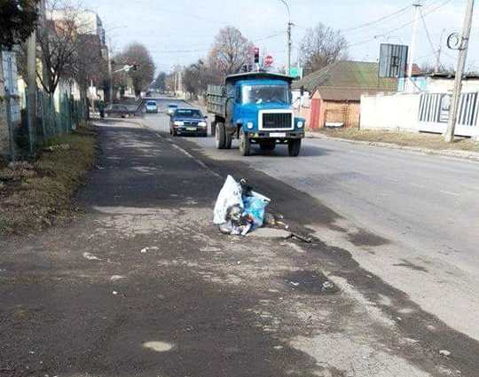 Луцькі муніципали спіймали жінку, яка залишила сміття на узбіччі дороги. ФОТО