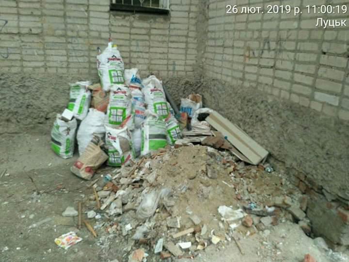 Лучани роблять ремонти, а сміття викидають сусідам під вікна. ФОТО