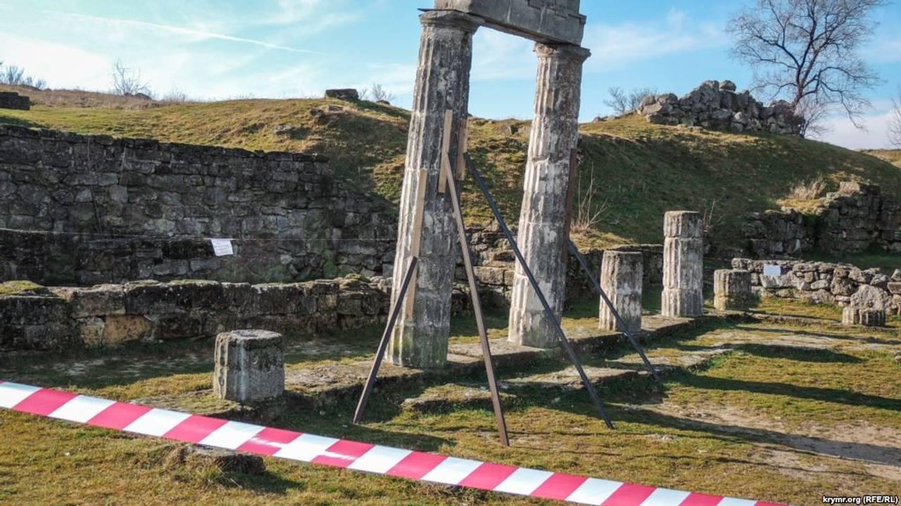 У Керчі обвалилися колони античного міста
