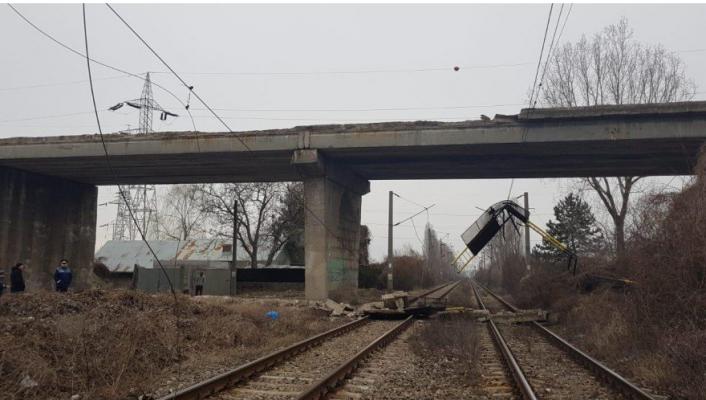 У Румунії на колії впав пішохідний міст, заблокувавши сполучення з Молдовою