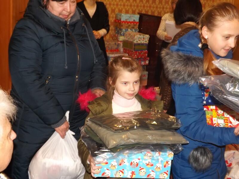Луцькі сім'ї, які виховують дітей з особливими потребами, отримали подарунки. ФОТО