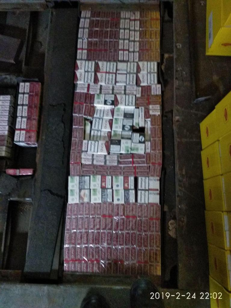 На «Ягодині» у двох вантажівках виявили сигарет на понад 300 тисяч гривень. ФОТО