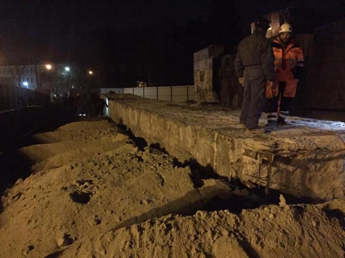 У Львові з третьої спроби демонтували стелу Монумента слави. ВІДЕО
