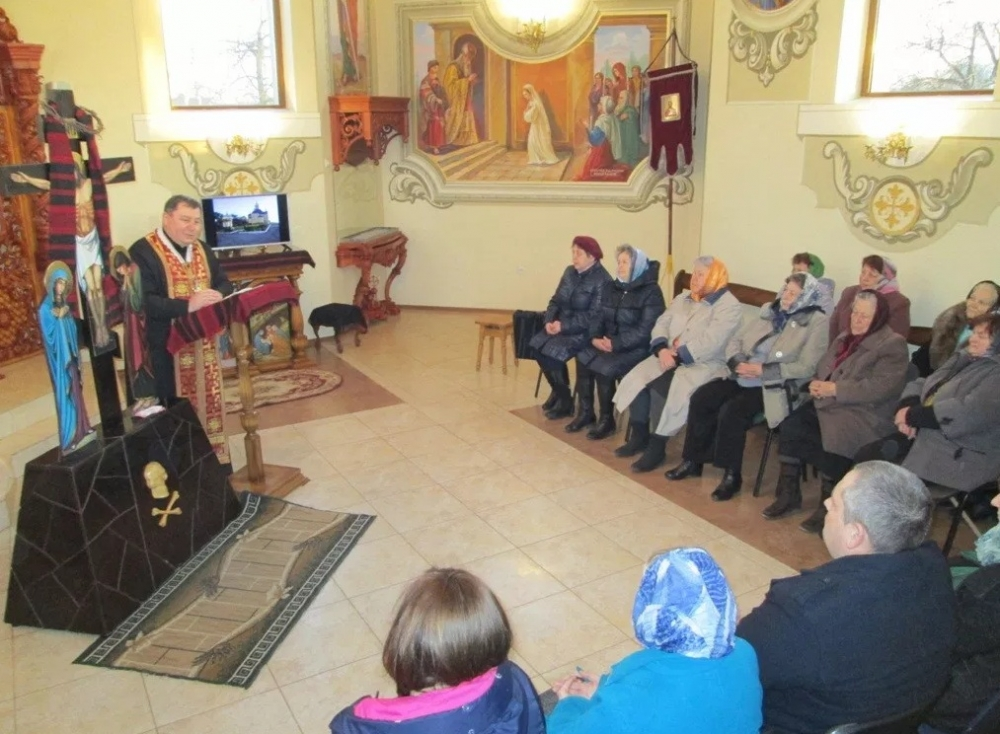 У селі поблизу Луцька священик проводить духовні бесіди