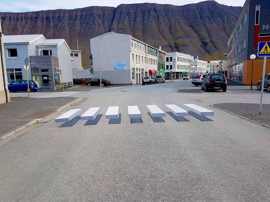 У Ісландії 3D художники вчать водіїв пригальмовувати перед зебрами. ФОТО. ВІДЕО