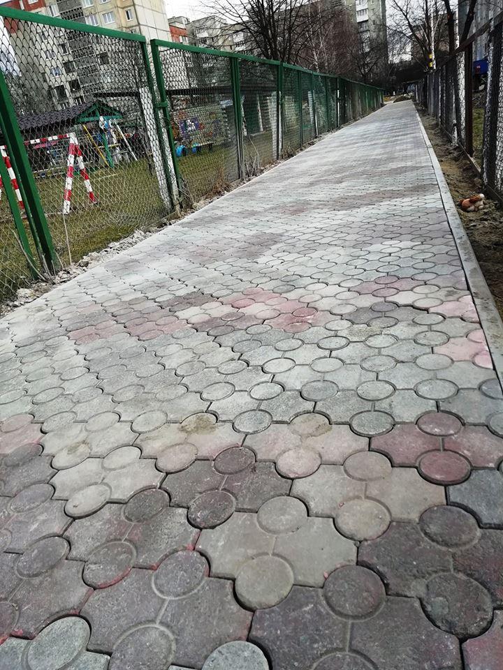 У Луцьку відновлять пішохідні доріжки біля школи. ФОТО