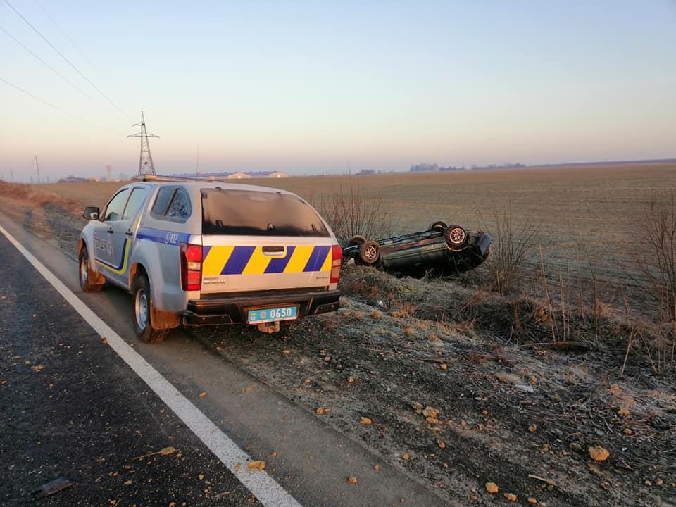 На Волині авто злетіло з дороги і перекинулось. ФОТО