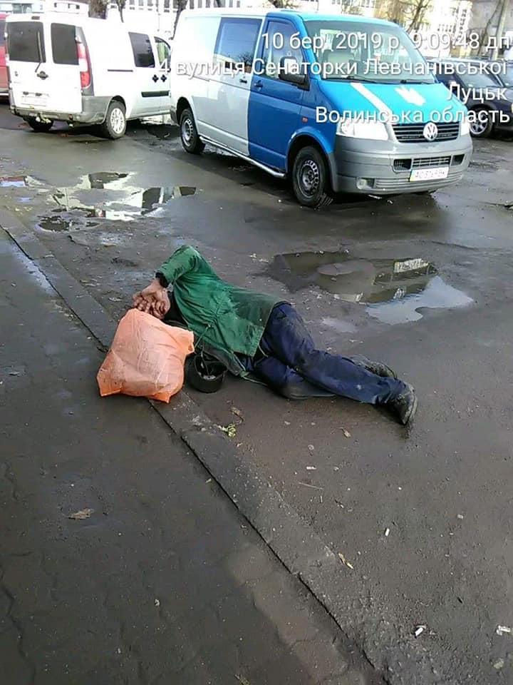 У Луцьку на вулиці муніципали виявили п'яного чоловіка на землі