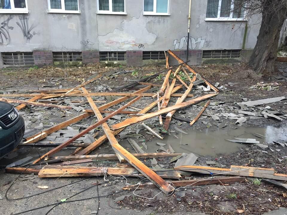У центрі Луцька вітер зніс шматок даху з будинку. ФОТО