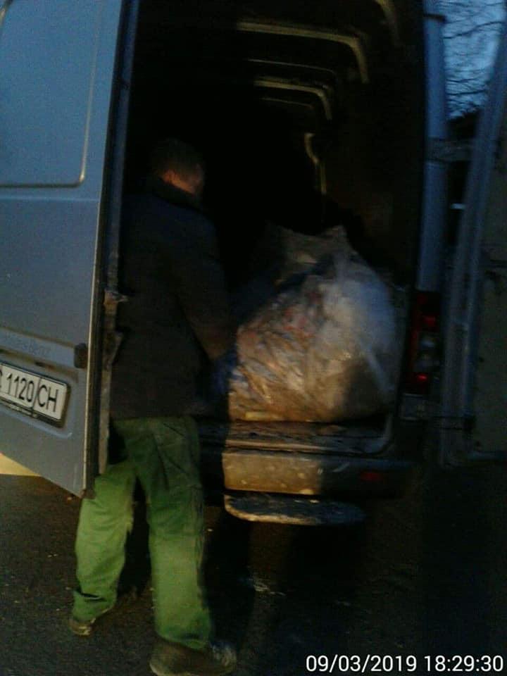 У Луцьку чоловік викидав сміття з мікроавтобуса. ФОТО