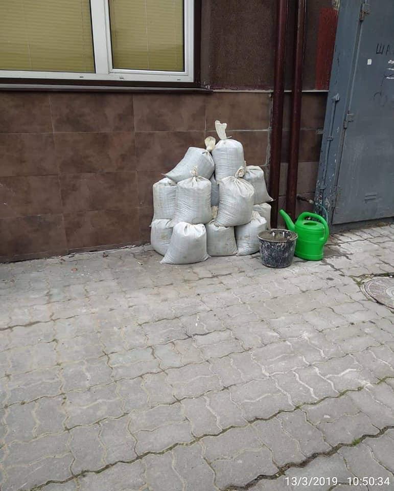 У Луцьку під вікнами багатоповерхівок – купи сміття. ФОТО