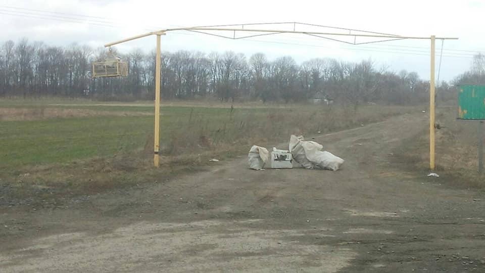 У селі біля Луцька викинули сміття прямо на дорозі