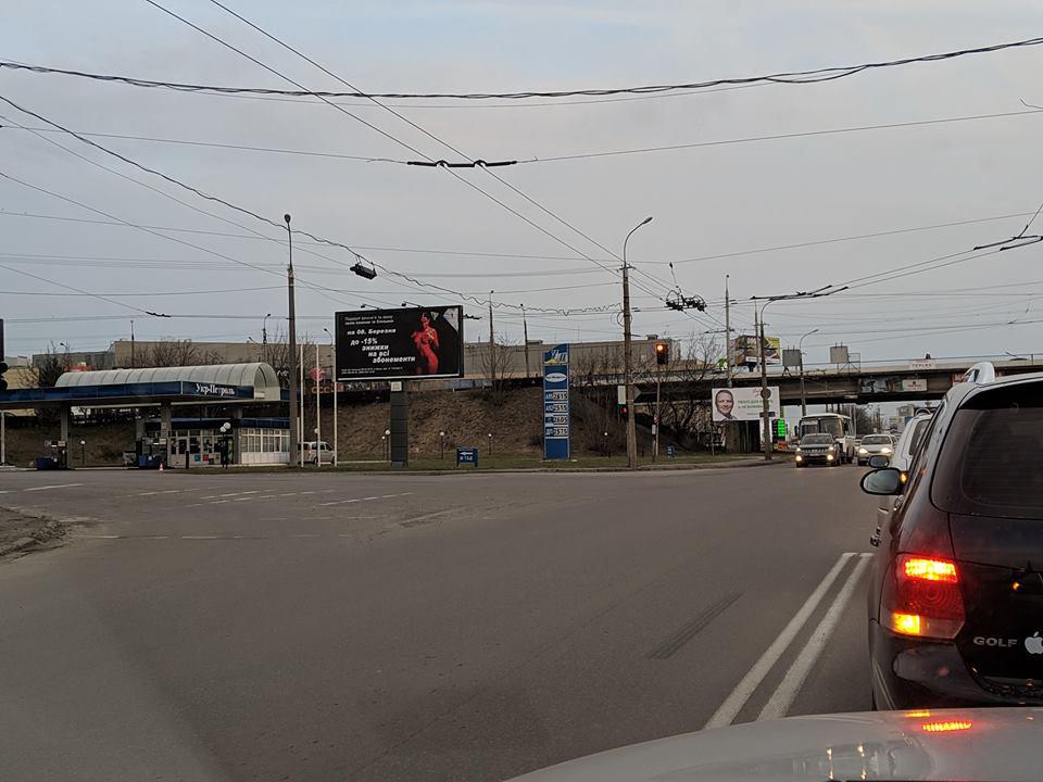 У Луцьку на білбордах розвісили рекламу із оголеною жінкою