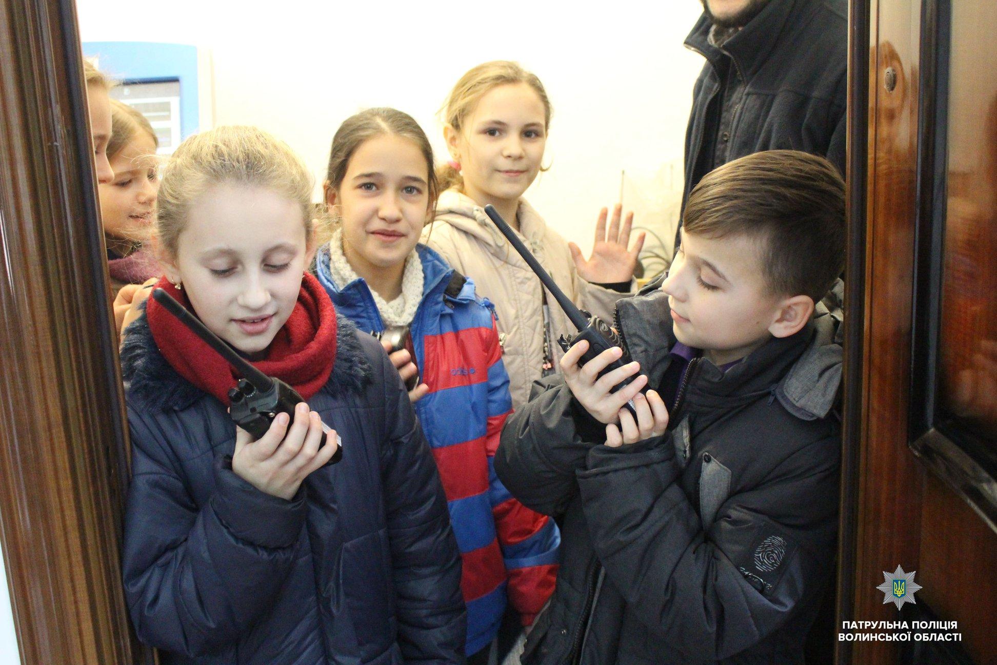 Луцькі школярі отримали від патрульних подарунки. ФОТО