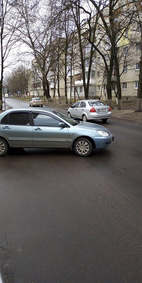 У Луцьку водій припаркував авто майже на дорозі. ФОТО
