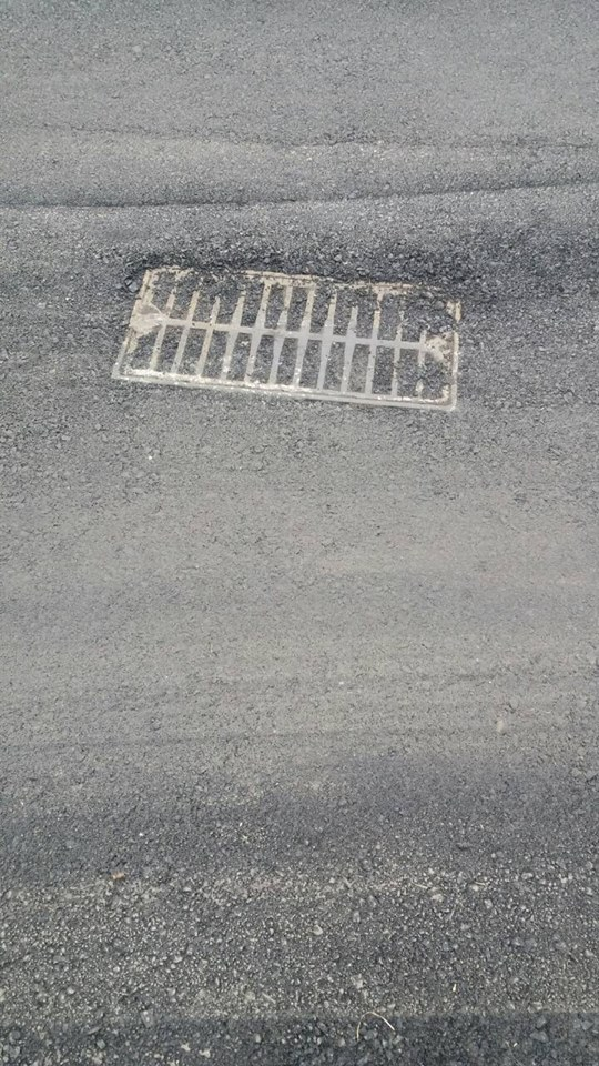 У Луцьку заасфальтували каналізаційну решітку