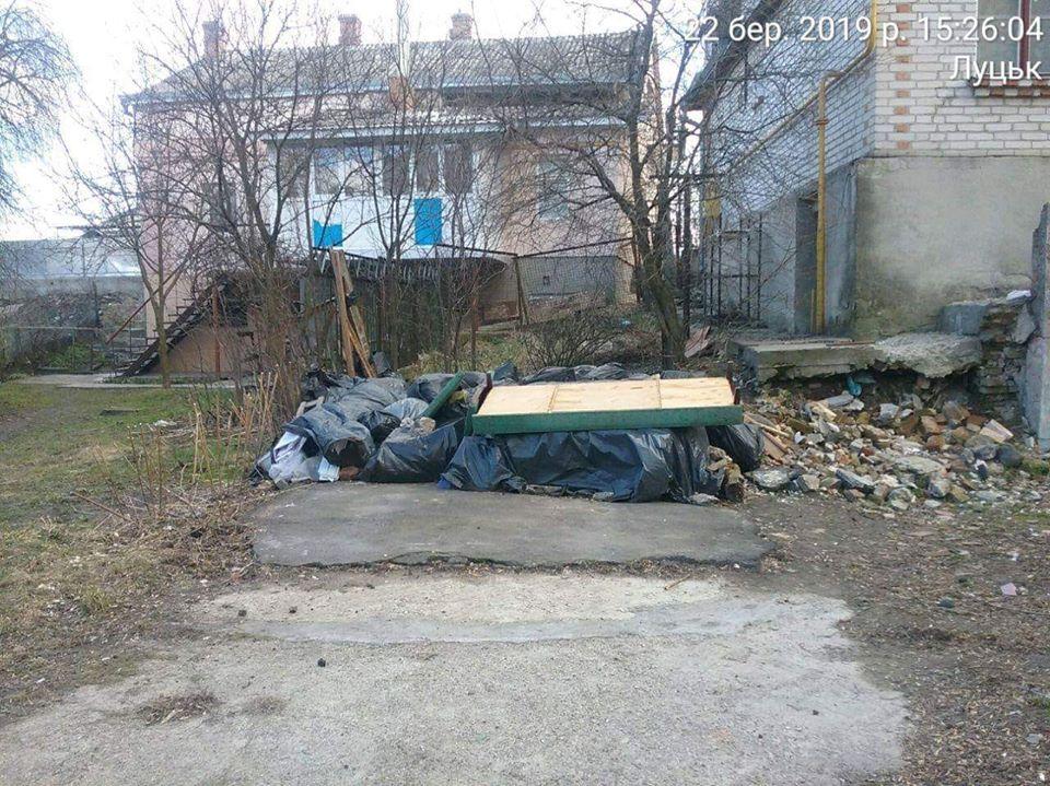 У Луцьку покарали чоловіка, який складував будматеріали на прибудинкової території