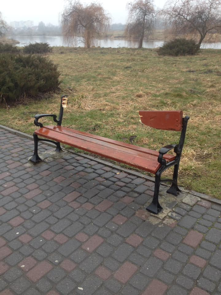 Вандали потрощили лавку у ковельському парку