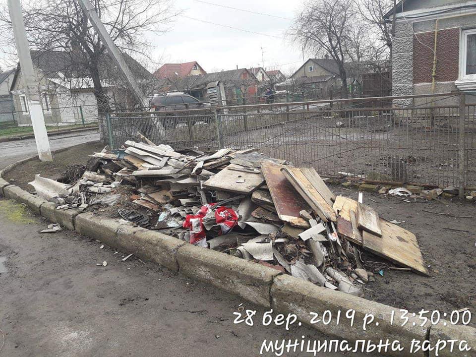 У Луцьку жінка влаштувала стихійне звалище будівельного сміття