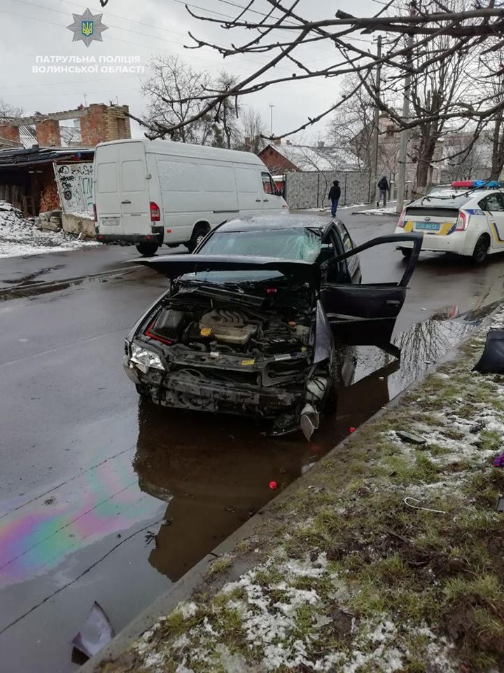 У Луцьку автомобіль зіткнувся з деревом, водія госпіталізували. ФОТО