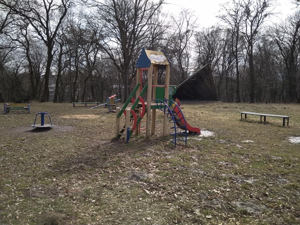 На Волині вандали понищили дитячий майданчик