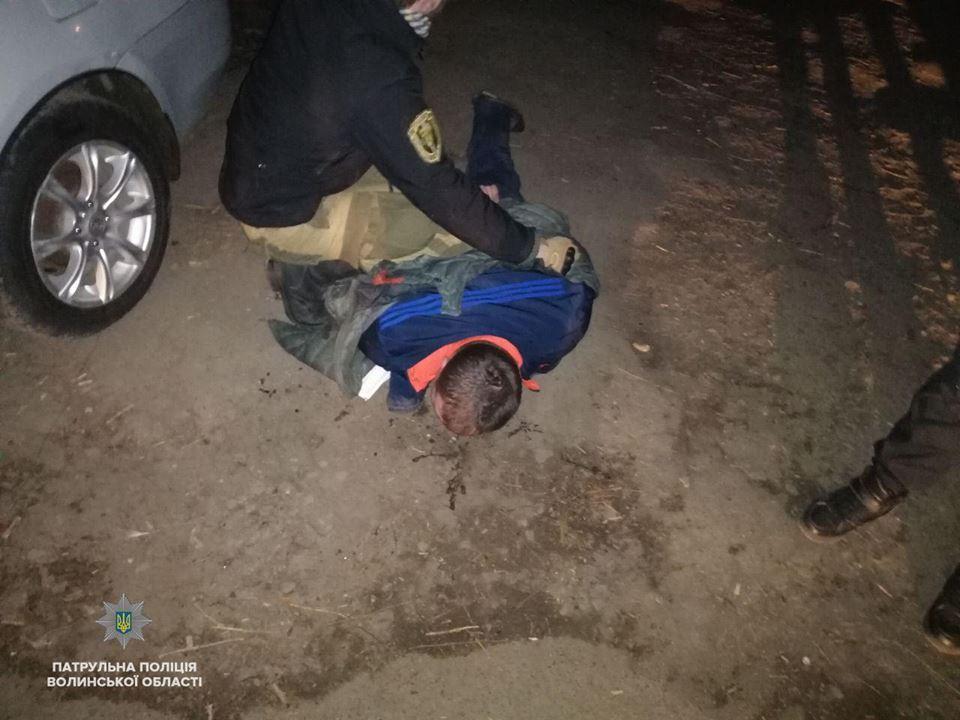 Луцькі патрульні затримали чоловіка, який п'яним поліз у чуже авто