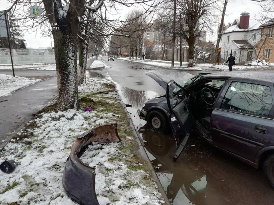 Повідомили деталі ДТП, у якій автомобіль зіткнувся з деревом у Луцьку