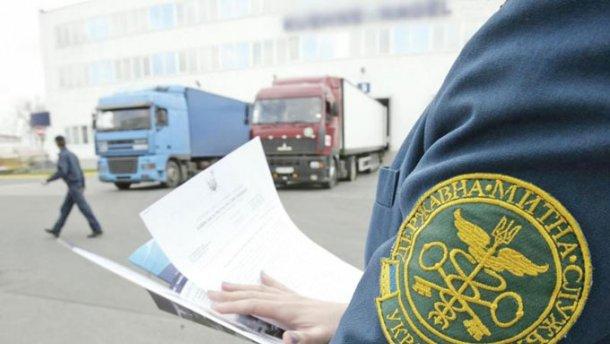 Працівниця Волинської митниці отримує матеріальну допомогу