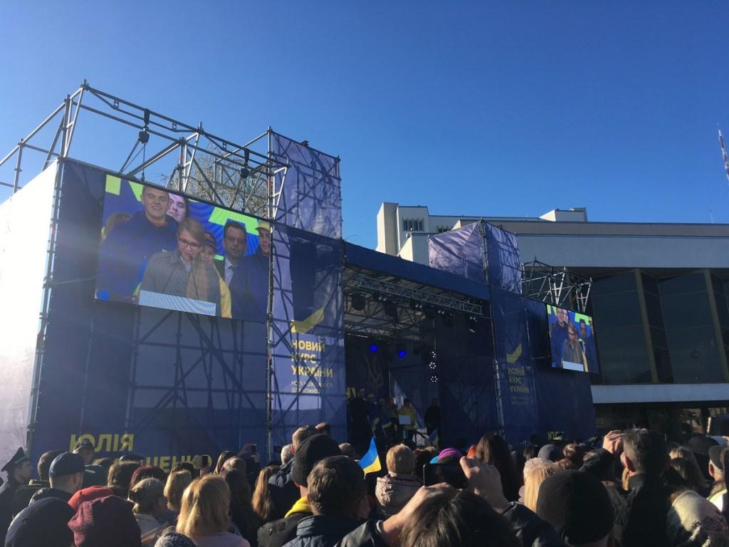 Пісні, годинна промова та три десятки автобусів: Луцьк відвідала Юлія Тимошенко. ФОТО
