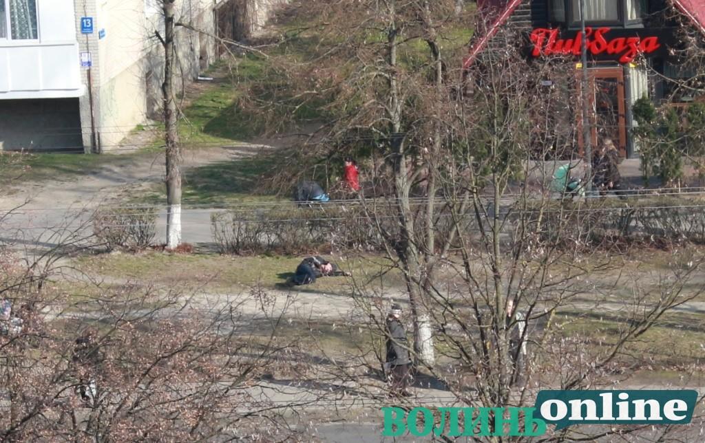 У Луцьку посеред проспекту лежав чоловік