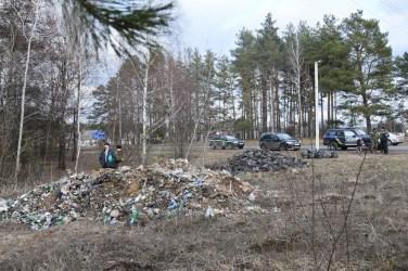 Поки на Маневиччині лісівники, діти та всі небайдужі прибирали, підприємець вивозив у ліс сміття вантажівкою. ФОТО