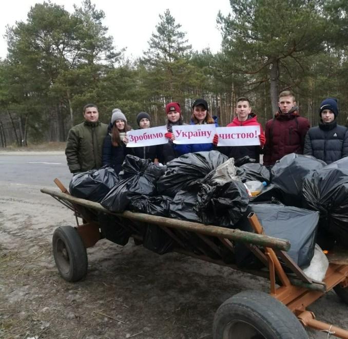 Школярі Волині вивезли з лісу декілька підвод побутового сміття. ФОТО