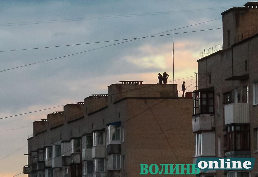 У Луцьку молодики влаштували ризиковані розваги на даху багатоповерхівки