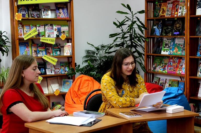 Луцькі школярі зустрілися з молодою поетесою та журналістом. ФОТО