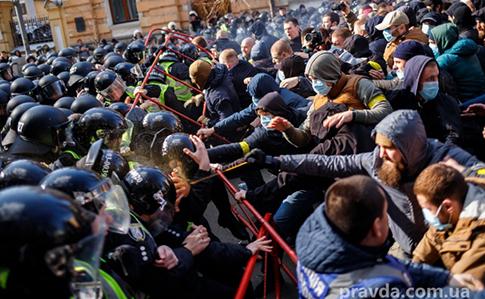 У Києві на Банковій сутички: постраждало троє правоохоронців. ВІДЕО