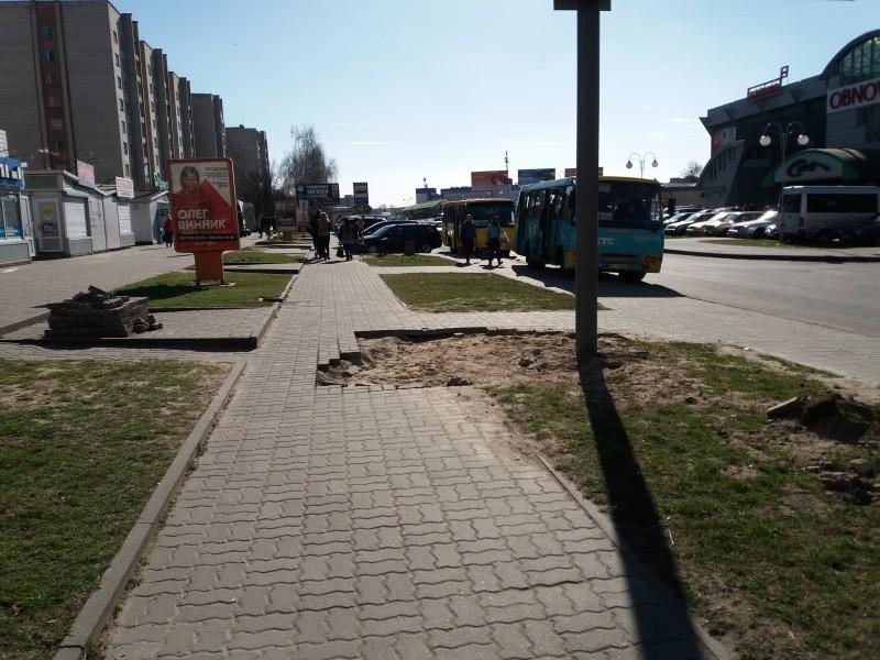 У Луцьку зруйнували пішохідну доріжку через білборд