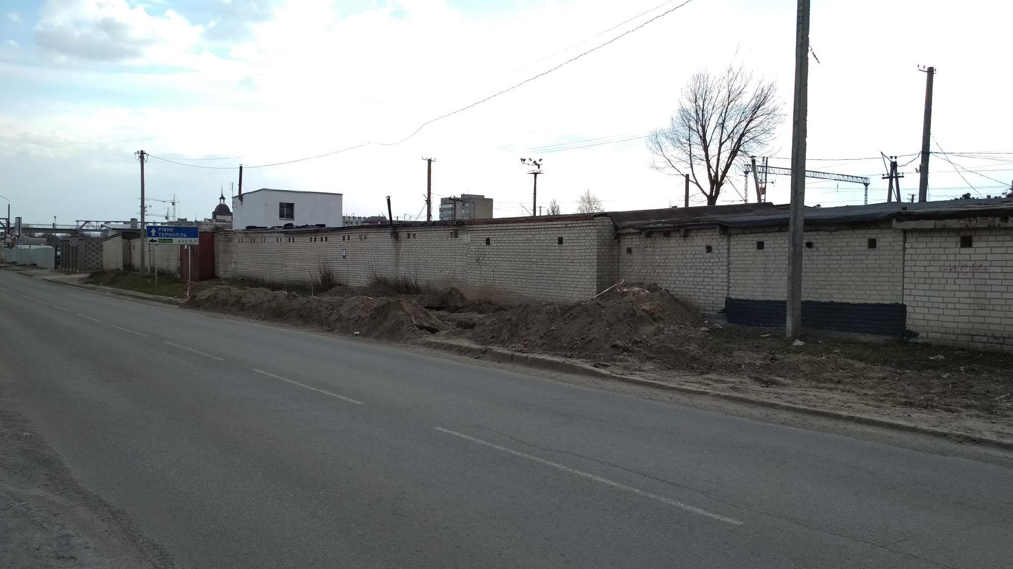 У Луцьку повністю знищили тротуар
