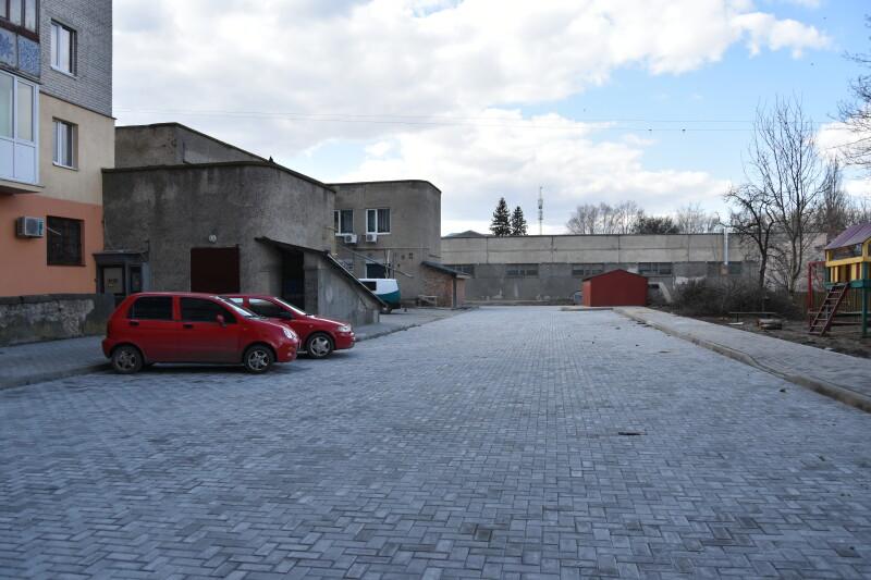 У Луцьку ремонтують вуличні мережі і території дворів. ФОТО