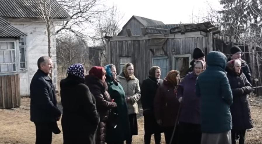 На Волині прихильники Московського Патріархату моляться у закинутій хатині і судяться за церкву
