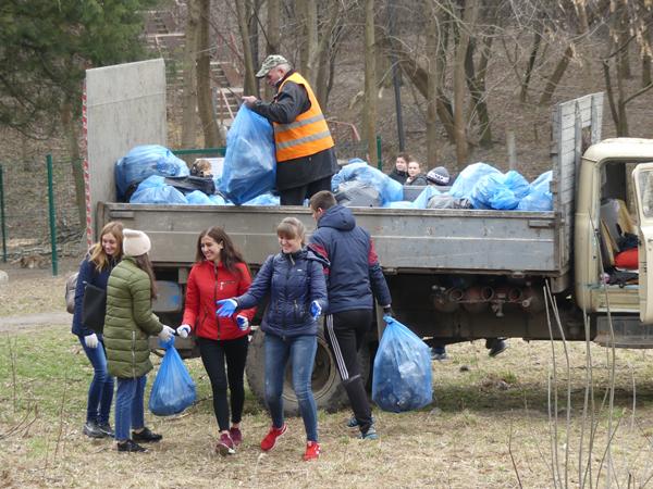 Студенти навели лад на території колишнього ботанічного саду. ФОТО