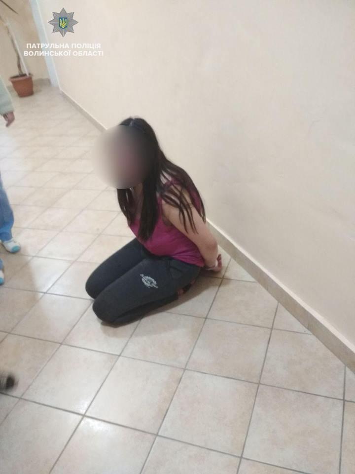 У Луцьку дівчина порізала собі вени та хотіла вистрибнути з балкону через співмешканця